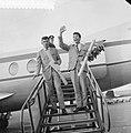 Aankomst Blue Diamonds op Schiphol, Blue Diamonds verlaten vliegtuig, Bestanddeelnr 911-7841.jpg