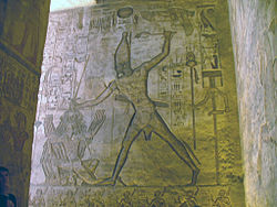 gravure de paroi. Ramsès II tient prisonniers ses ennemis dans une de ses mains,