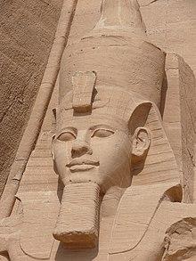 Ramesses II'nin Abu Simbel'deki dört dışta oturan heykelinden birinin büstü