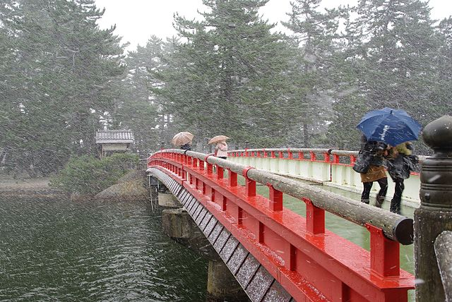 640px-Amanohashidate_swing_bridge_during_hail_storm.jpg (640×428)