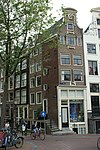 foto van Hoekhuis met klokgevel met oeil-de-boeuf en gevelsteen