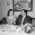 Annemarie en Hans Bandmann zitten aan een gedekte tafel met koffieservies en geb, Bestanddeelnr 254-3346.jpg