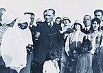 Atatürk Trabzon'da köylü bir aile ile birlikte (28 Kasım 1930).jpg