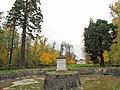 Bassin rond et statue du chateau de Rentilly.jpg