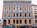 Mietwohn- und Geschäftshaus mit Seitenflügeln, Quergebäude, Hofpflasterung und Pumpe