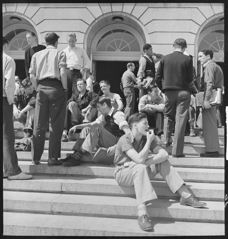 Berkeley, California. University of California Lawn Forum. Wheeler Auditorium steps where more informal and less... - NARA - 532100