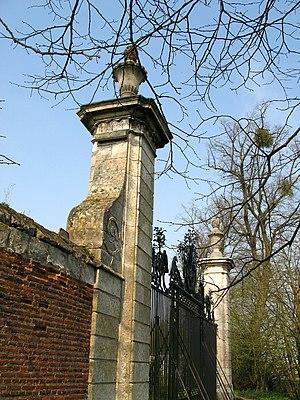 Bertangles - Image: Bertangles château (portail avec grille d'honneur) 1