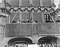 Bezoek van koningin Juliana en prins Bernhard aan Gelderland. Op balkon van stad, Bestanddeelnr 904-0685.jpg