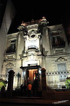 Biblioteca Popular del Paraná, fachada iluminada.jpg