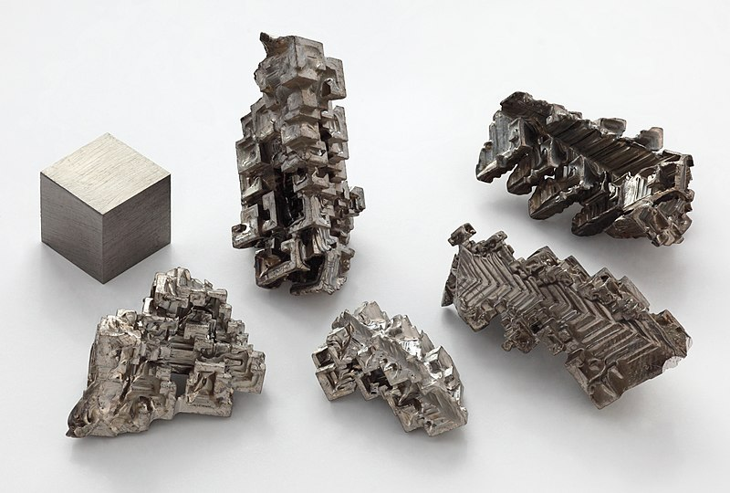 Dosya:Bismuth crystals and 1cm3 cube.jpg