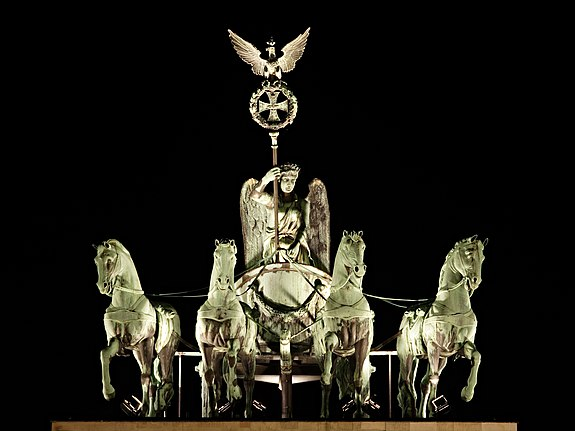 575px-Brandenburg_Gate_Quadriga_at_Night