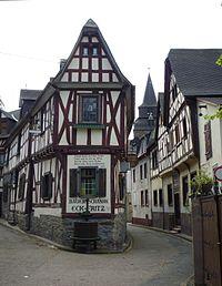 Braubach - Schlankes Fachwerkhaus in engen Gassen.jpg
