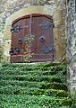 Braunfels - Holztüre am Schloss mit zugewachsener Treppe.jpg