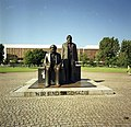 Bundesarchiv B 145 Bild-F088849-0007, Berlin, Palast der Republik, Marx-Engels-Denkmal.jpg