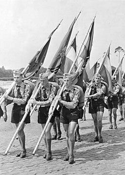 H.J. marschiert zum Reichsparteitag nach Nürnberg. Vom Grabe Herbert Norkus ging der Marsch., Bundesarchiv, Bild 146-1982-095-09 / Weinrother, Carl / CC-BY-SA 3.0, CC BY-SA 3.0 DE <https://creativecommons.org/licenses/by-sa/3.0/de/deed.en>, via Wikimedia Commons