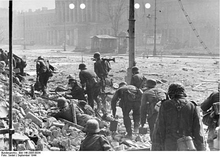 German soldiers fighting the Polish resistance at Theater Square in Warsaw, September 1944 Bundesarchiv Bild 146-2005-0034, Warschauer Aufstand, deutsche Soldaten.jpg