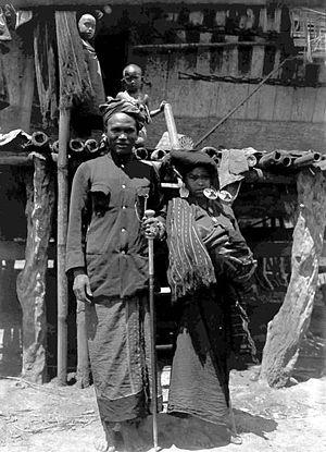Karo people (Indonesia) - Image: COLLECTIE TROPENMUSEUM De bekende Karo Batak schaker Si Narser met zijn vrouw Karolanden Noord Sumatra T Mnr 10005391