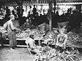COLLECTIE TROPENMUSEUM Een warung op de markt van Jogjakarta met planten en kruiden waarmee medicijnen kunnen worden bereid TMnr 60027024.jpg