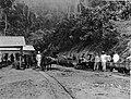 COLLECTIE TROPENMUSEUM Groep mijnwerkers en opzichters bij de ingang van een schacht Ombilinmijnen omgeving van Sawahloento Sumatra`s Westkust TMnr 60003634.jpg