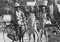 COLLECTIE TROPENMUSEUM Mannen en vrouwen met lasten en fietsen bij een grenspost TMnr 20007964.jpg