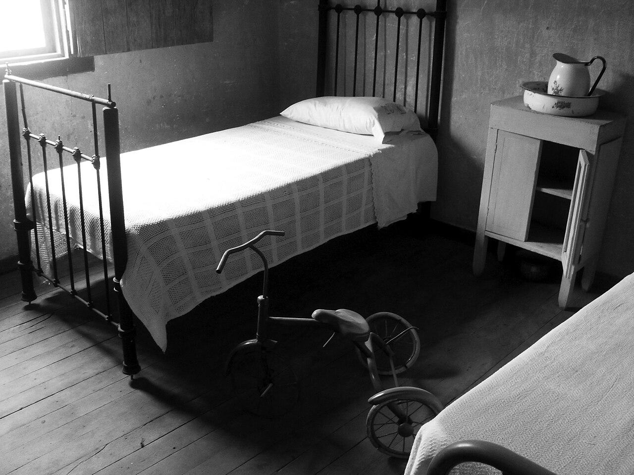 File cama mesita de noche y triciclo oficina salitrera - Mesita noche original ...