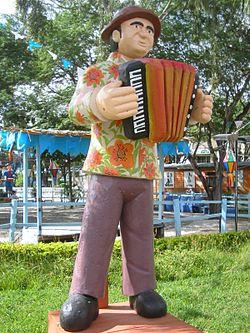 Escultura em barro pintado de um sanfoneiro, um dos músicos que integram as bandas de forró. Caruaru, Pernambuco