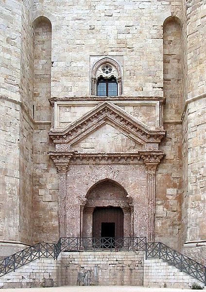 Datei:Castel del monte-entrance cropped.jpg