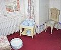 Château de Breteuil. Table de service de toilette du 19e siècle.jpg