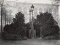 Charles Marville, Urinoir à 8 stalles avec écran d'arbusters, Champs-Elysées, ca. 1865.jpg