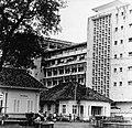 Collectie NMvWereldculturen, TM-20002150, Negatief- Oude stadskern en moderne hoogbouw op Medan Merdeka, Boy Lawson, 1977.jpg