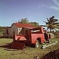 Collectie Nationaal Museum van Wereldculturen TM-20017503 Erf van een vervallen woning bij Koolbaai Sint Maarten Boy Lawson (Fotograaf).jpg