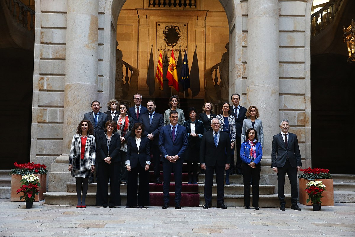 https://upload.wikimedia.org/wikipedia/commons/thumb/e/ef/Consejo_de_Ministros_en_Barcelona_02.jpg/1200px-Consejo_de_Ministros_en_Barcelona_02.jpg
