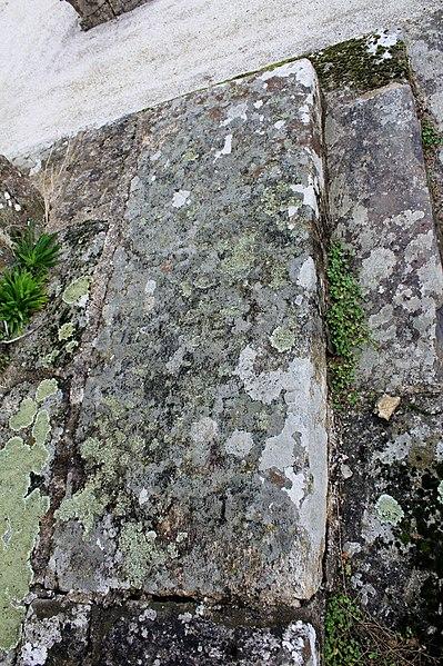 Croix de cimetière (Grand-Champ) : détail pierre tombale 2 utilisée comme socle