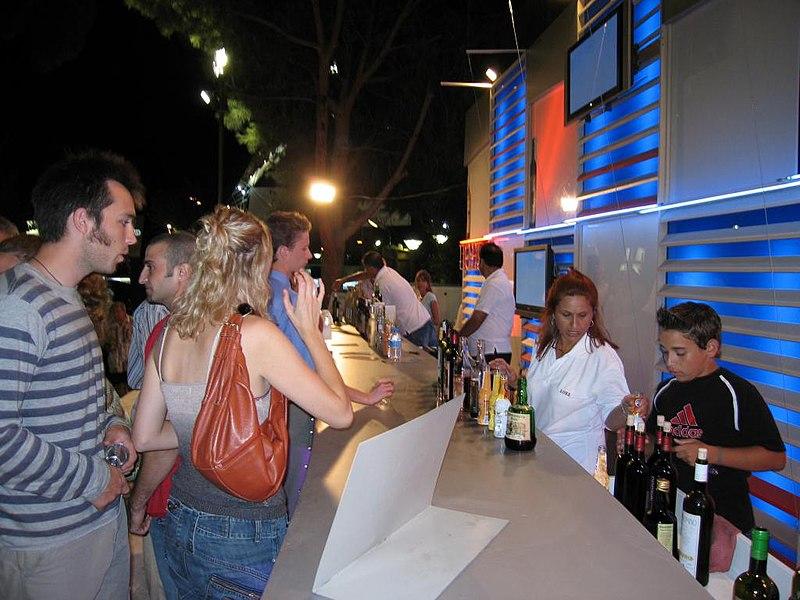 File d gustation un stand du festival du vin de limassol for Stand de degustation