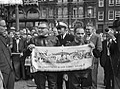 Dam tot Dam race , eerste dag. Burgemeester Franken van Zaandam en radio-reporte, Bestanddeelnr 910-6167.jpg