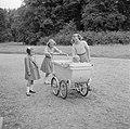 De prinsessen Beatrix, Irene en Margriet bij de kinderwagen met daarin prinses C, Bestanddeelnr 255-7539.jpg