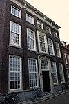 foto van Pand met brede lijstgevel van parterre, verdieping en mezzanino