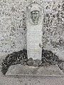 Doucelles (Sarthe) stèle auprès du carré militaire de 4 soldats mort pour la France le 10 août 1944.jpg