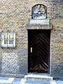 Eckhaus Südermarkt 7 in Flensburg von Paul Ziegler, Seitentür, Schriftzug AVG 1569, Bürgermeister v. Oesede war ich einst Heim und Sitz Bürgergemeinssinn erbaute mich neu mit Kunst und Witz 1928, Bild 04.JPG