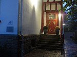 Eingang vom Jens-Jessen-Haus mit Gedenktafel links an der Mauer zur Nacht (Flensburg 2014-09-30), Bild 04.jpg