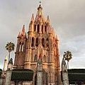 El sol ilumina la cantera de la Parroquia San Miguel Arcángel. San Miguel de Allende. Septiembre 2018.jpg