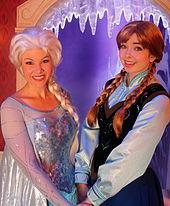 deux femmes sont dguises en personnage delsa robe bleue perruque blonde