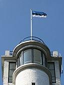 Bandeira da Estônia no topo da torre de vigia Suur Munamagi, o ponto mais alto da Estônia e dos estados bálticos, a 318 m acima do nível do mar