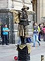 Estatua viva junto a la catedral -pza Armas Stgo -f02-A.jpg
