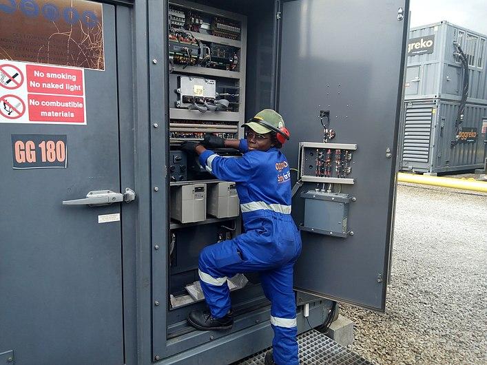 Femme électricienne de centrale électrique 12.jpg