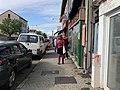 File d'attente à l'entrée de la boulangerie de Saint-Maurice-de-Beynost en octobre 2020.jpg