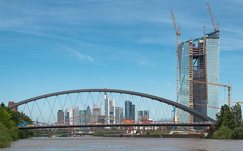Frankfurt Skyline+EZB+Osthafenbrücke.20130602.jpg