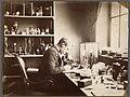Fridtjof Nansen ved mikroskopet på Bergens Museum mens han forsket i nerveanatomi i studietiden, 1882-1888 (5471305062).jpg