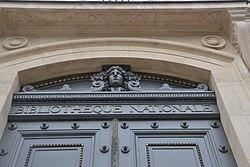 Fronton d'entrée de la Bibliothèque nationale de France - rue de Richelieu.jpg