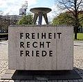 Gedenktafel Theodor-Heuss-Platz (Weste) Freiheit Recht Friede.jpg